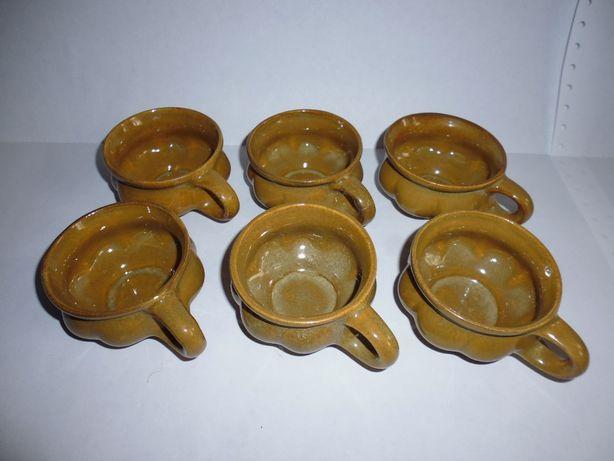 Набор маленьких глиняных чашечек