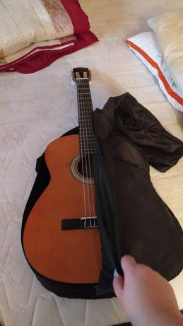 Vendo Guitarra em bom estado (com bolsa e livro de pautas incluído)