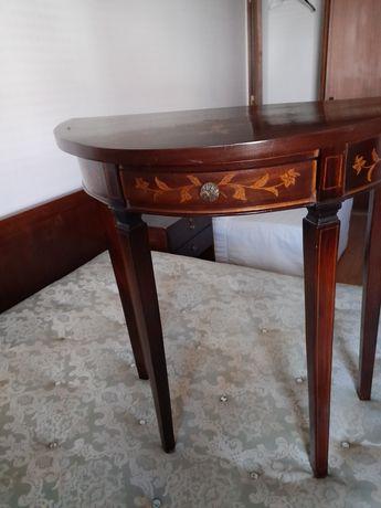 Mesas de cabeceira e cadeiras