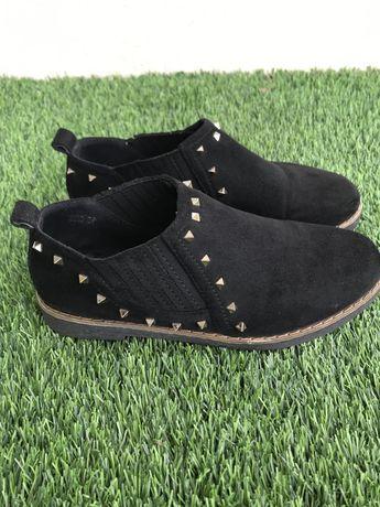 Sapato preto com aplicações t.37