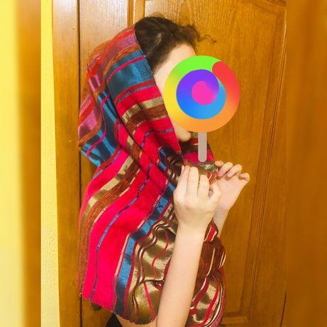 Яркий женский шарф .