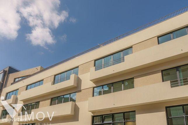 T1, NOVO, varanda, lugar de garagem e arrumos; Condomínio privativo co