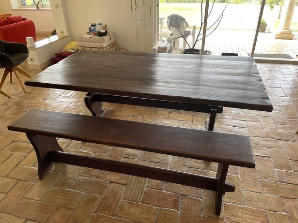 Mesa de madeira castanha com dois bancos