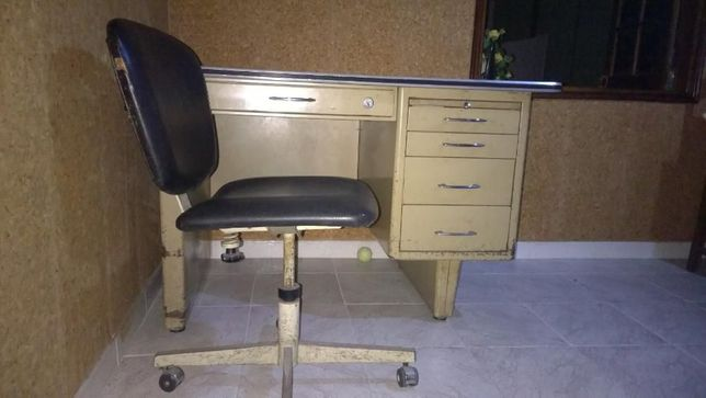 Secretária de metal e cadeira