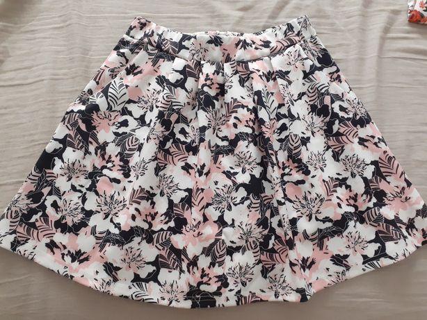 Krótka spódniczka w kwiaty