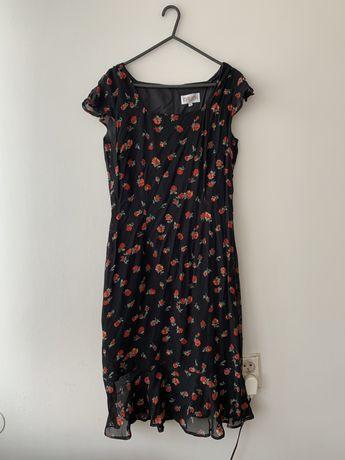 Sukienka w róże z kwadratowym dekoltem
