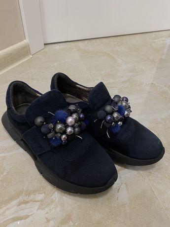 Продам кроссовки женские