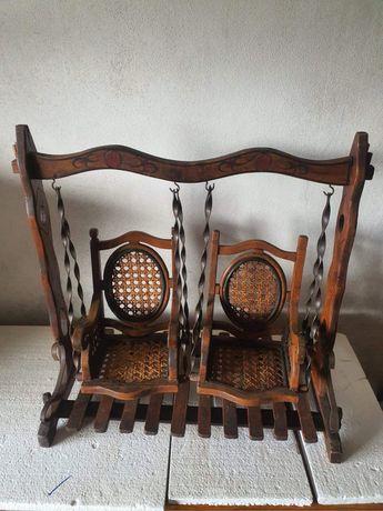Cadeira de baloiço dupla com cerca de 100 anos