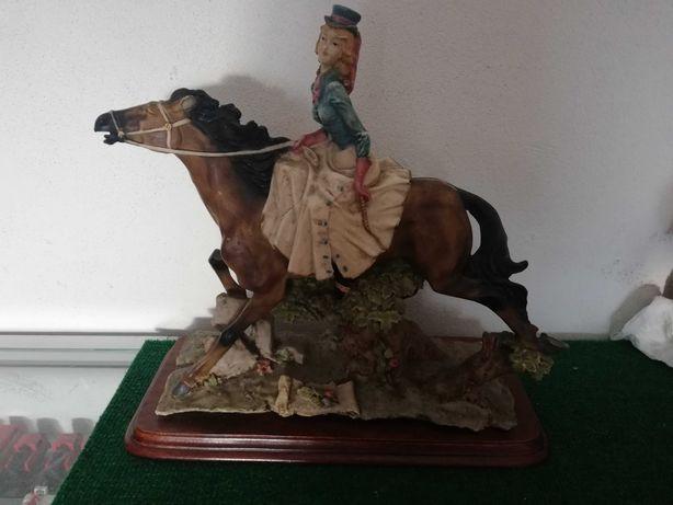 Estatueta com base de madeira