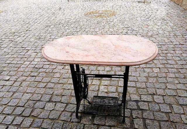 Excelente mesa feita de pernas de máquina de costura com pedra