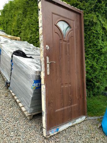 Drzwi zewnętrzne metalowe futryna próg