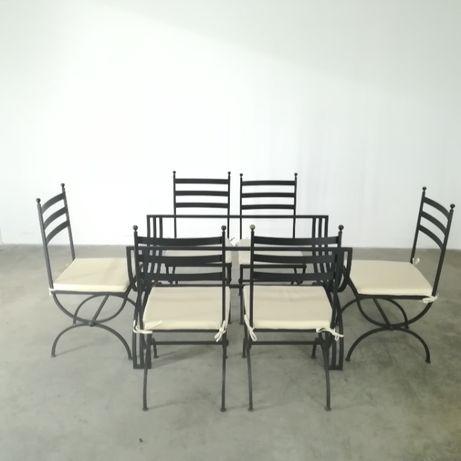 Mesa de sala com tampo em vidro e estrutura em ferro e 6 cadeiras