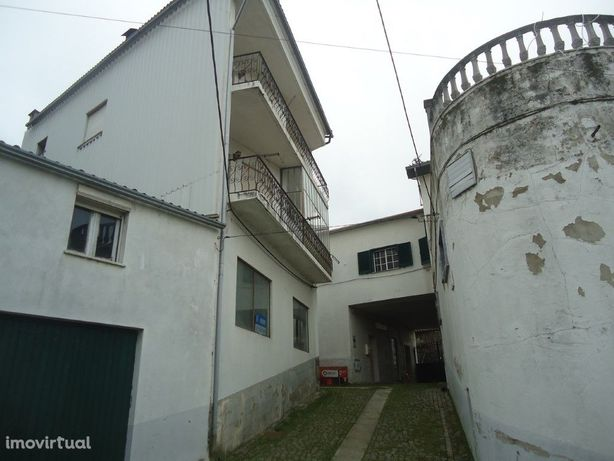 Prédio composto por espaço comercial e habitação de 2 pisos