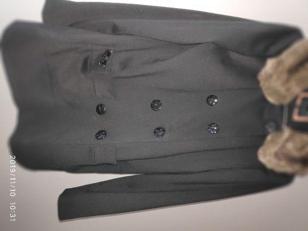 krótka czarna kurtka z futerkiem przy kołnierzu