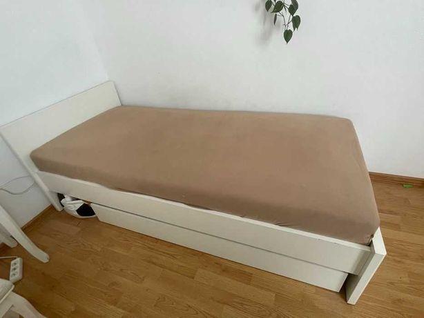 białe łóżko  z materacem