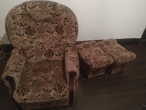 Meble fotel i dwie pufy