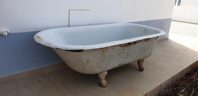 Banheira antiga em ferro furjado