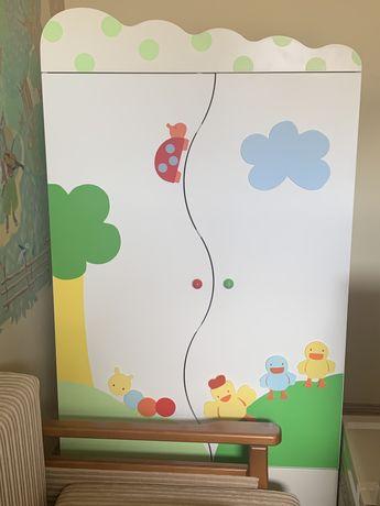 Шкаф в детскую и сундук-скамейка для игрушек