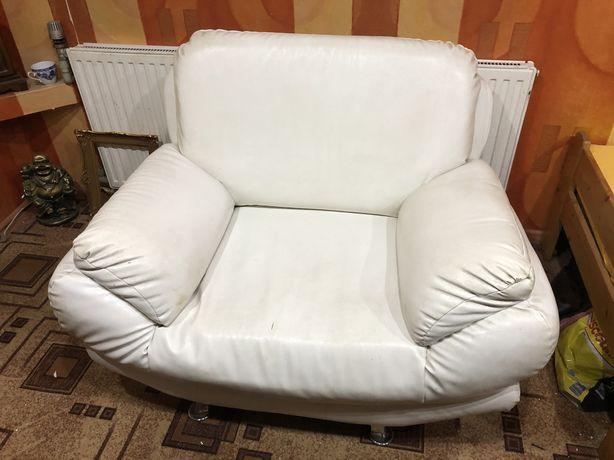 Белое кресло из кожзама