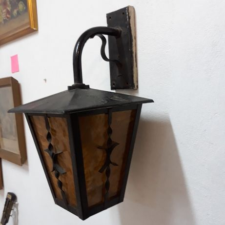 Zabytkowa lampa kuta zewnętrzna z szybkami, żółte szkło