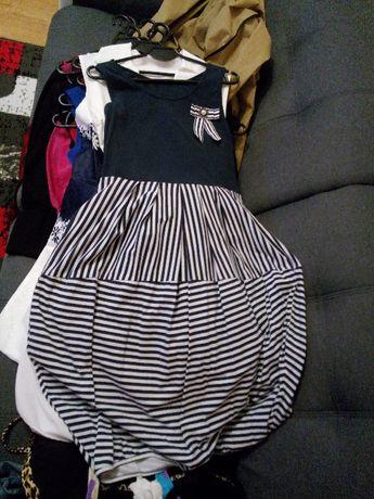 Biało-granatowa sukienka z broszką Rozmiar XL