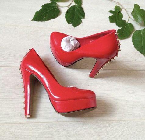 Красные лакированые туфли