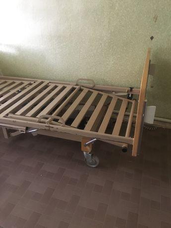 Кровать для инвалидов с электроприводом и противопролежневым матрасом.