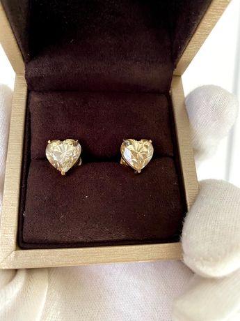 Потрясающие серьги с муассанитами формы сердце