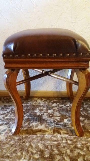 Табурет мягкий с фигурными деревянными ножками