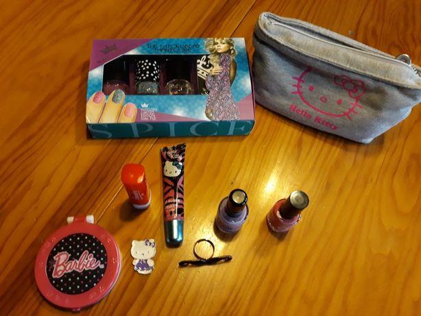 Vendo vernizes, uma bolsa da Hello Kitty, um gloss e um batom