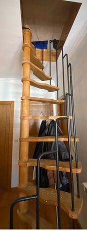 Escada em caracol em madeira