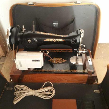 Zabytkowa maszyna do szycia w walizce