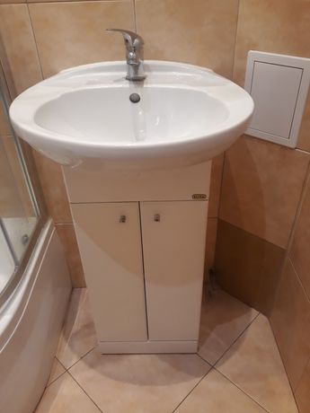 Szafka łazienkowa z umywalką i baterią