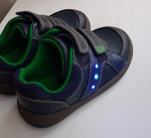 Продам кроссовки, туфли Clarks, на мальчика, мигающие