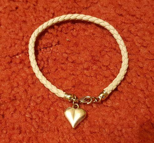Różowa bransoletka z zawieszką w kształcie serca