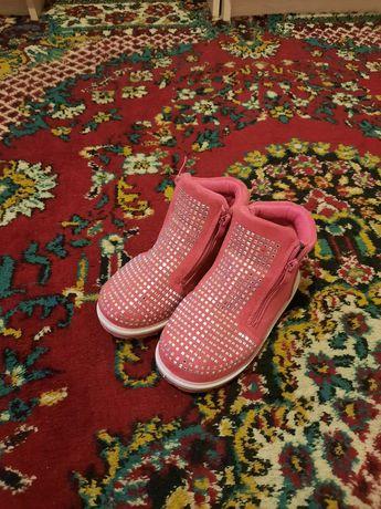 Ботинки для дівчинки.