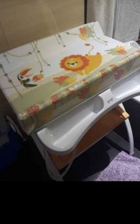 Banheira com móvel de apoio e muda fraldas.