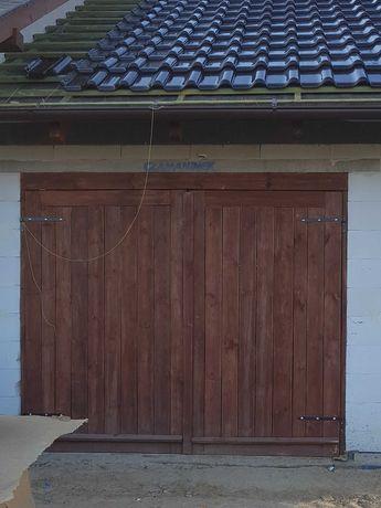 Drzwi garażowe budowa, siatka leśna+słupki drewniane, deski szalunkowe