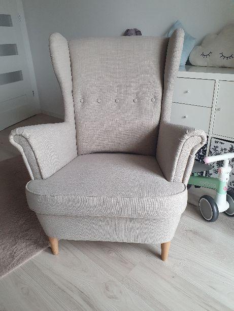 Fotel Uszak IKEA STRANDMON jasnobeżowy + podnóżek