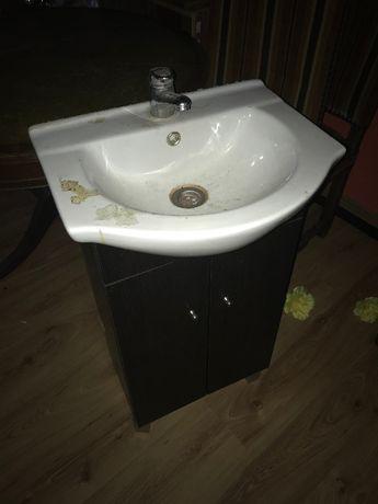 szafka łazienkowa za zlewem cersanit i baterią