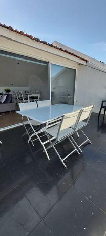 Vendo mesa exterior de vidro com 4 cadeiras dobráveis