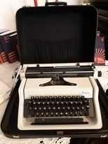 Sprzedam maszynę do pisania marki Erica z walizką.