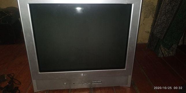 Телевизор,рабочий с пультом.