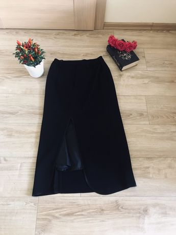 Klasyczna długa czarna spódnica z wycięciem