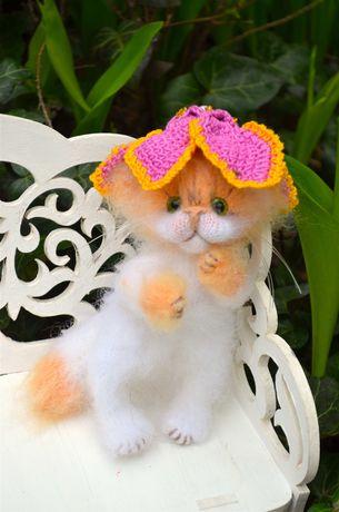 Декоративная игрушка - пушистый котенок Пушинка, ручная работа
