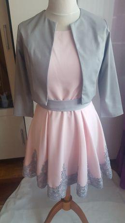 Sukienka w kolorze pudrowy róż