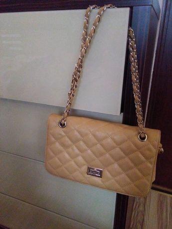 elegancka torebka pikowana na złotym łańcuszku
