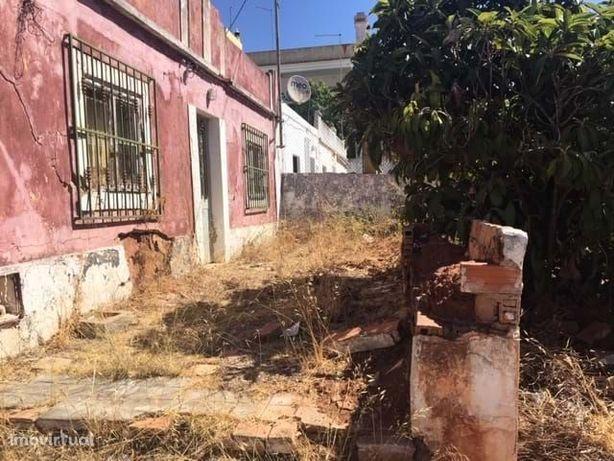 Terreno com casa velha em Silves.
