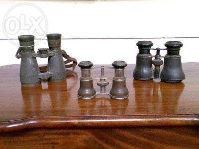 Binóculos de varias épocas e estilos.