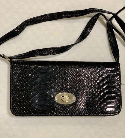 Продам черную лаковую маленькую сумочку